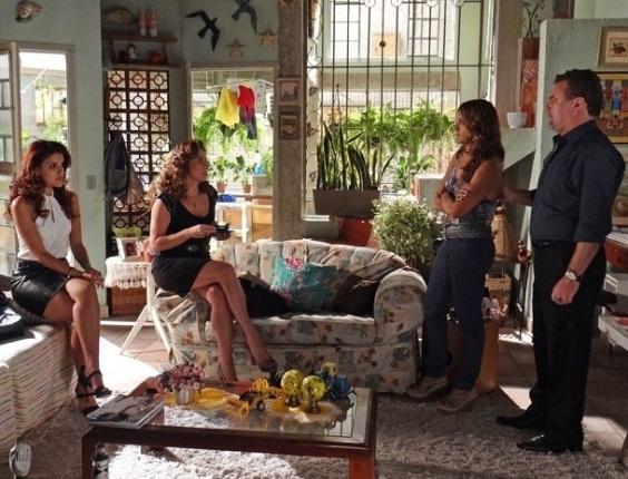 13.fev.2013 - Lucimar (Dira paes) avisa para Wanda (Totia Meirelles) que não vai desistir de procurar Lívia (Claudia Raia)