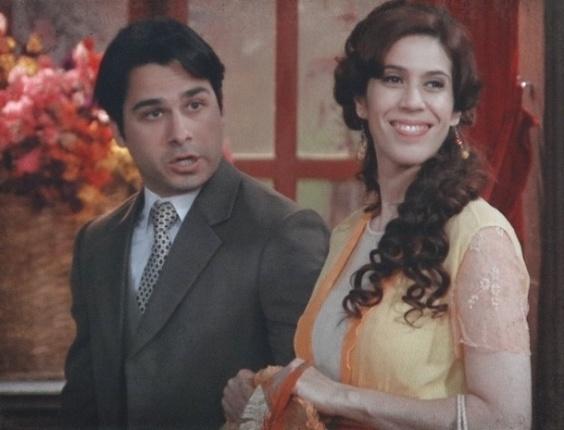 13.fev.2013 - Neusinha (Maria Clara Gueiros) conta para Diva (Maria Padilha) que está namorando Luciano (André Arteche)