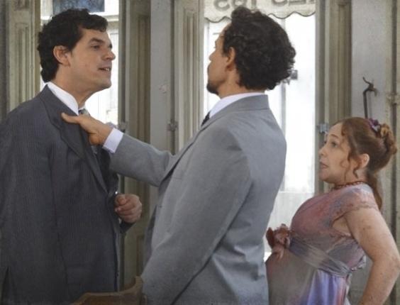 14.fev.2013 - Guerra (Emílio de Mello) defende Celinha (Isabela Garcia) de assédio e a pede em casamento