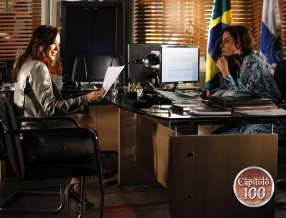 14.fev.2013 - Helô (Giovanna Antonelli) revela à Lívia (Claudia Raia) saber que ela estava no banheiro onde Jéssica (Carolina Dieckmann) morreu