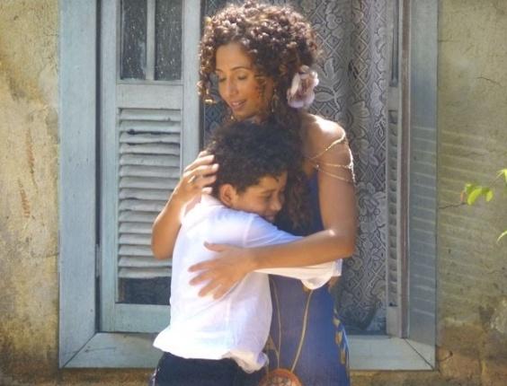14.fev.2013 - Isabel (Camila Pitanga) se emociona quando Elias (Cauê Campos) a chama de mãe