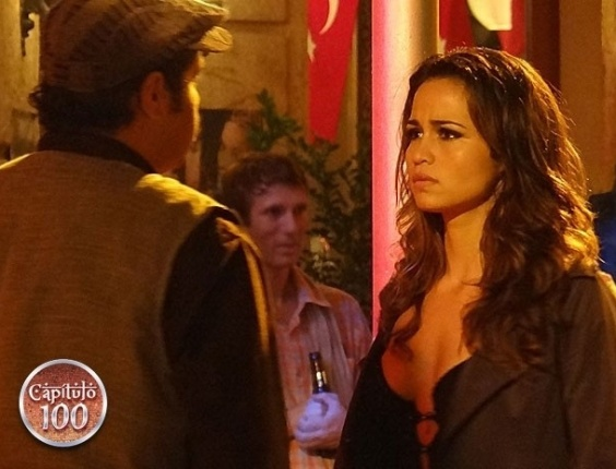 14.fev.2013 - Morena (Nanda Costa) bate ponto na rua e mente ao ser questionada por Demir (Tiago Abravanel)
