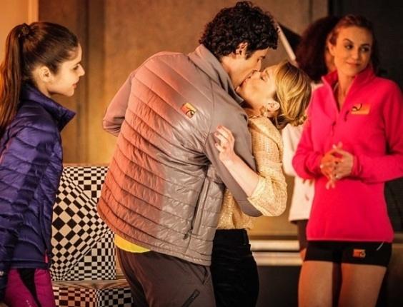 14.fev.2013 - Por engano, Nando (Reynaldo Gianecchini) beija Juliana (Mariana Ximenes) em sessão de fotos