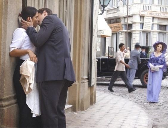 """15.fev.2013 - Em """"Lado a Lado"""", Margarida vê beijo de Albertinho e Gilda"""