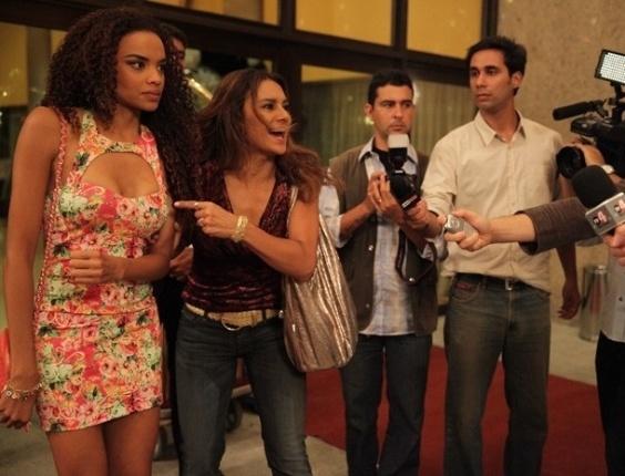 15.fev.2013 - Lucimar (Dira Paes) denuncia Lívia (Claudia Raia) para a imprensa