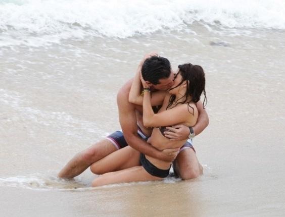 15.fev.2013 - Théo (Rodrigo Lombardi) beija Márcia (Fernanda Paes Leme)