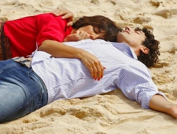 18.fev.2013 - Após assalto, Roberta (Gloria Pires) e Nando (Reynaldo Gianecchini) dormem na praia