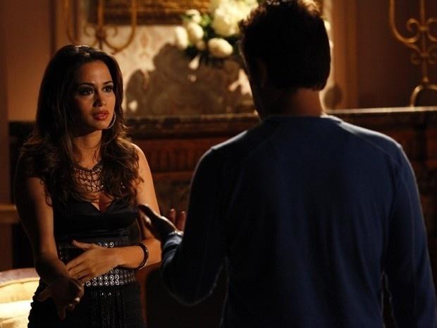 """18.fev.2013 - Em """"Salve Jorge"""", Morena implora que Mustafa a compre e a salve das garras da máfia"""