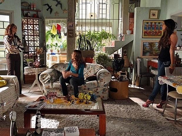 """19.fev.2013 - Em """"Salve Jorge"""", Helô descobre ligação entre Wanda e Santiago e fica desconfiada"""