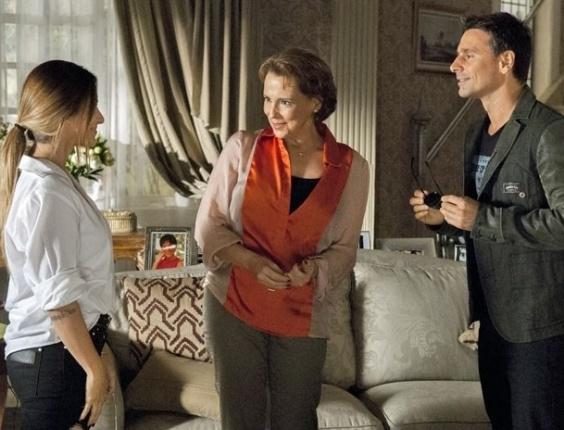 """19.fev.2013 - Em """"Salve Jorge"""", Bianca paquera Élcio e leva bronca de Rachel"""