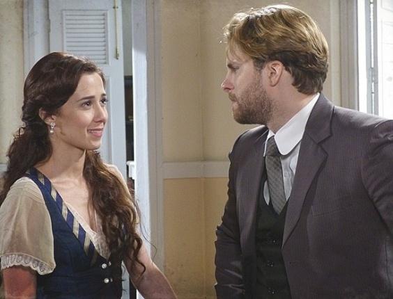 20.fev.2013 - Laura (Marjorie Estiano) consola Edgar (Thiago Fragoso)