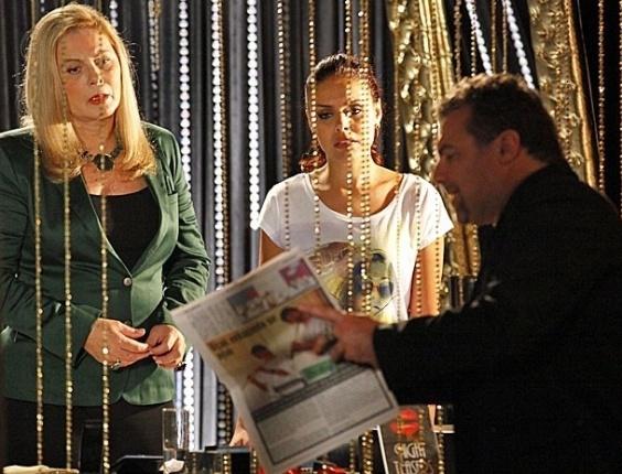 20.fev.2013 - Russo (Adriano Garib) acha que Morena (Nanda Costa) está morta e manda Rosângela (Paloma Bernardi) reconhecer corpo