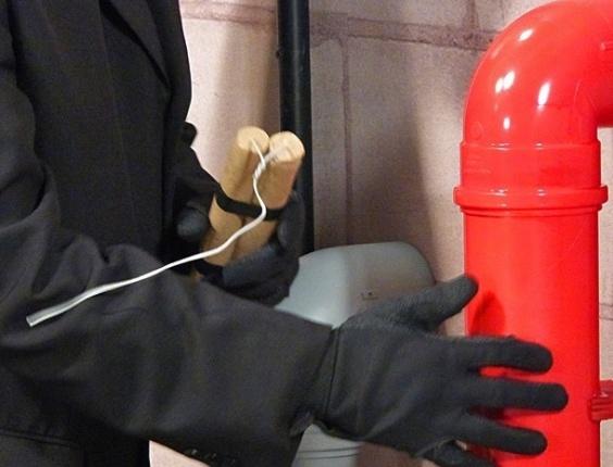 20.fev.2013 - Sabotador invade a Charlô's e coloca explosivos no depósito
