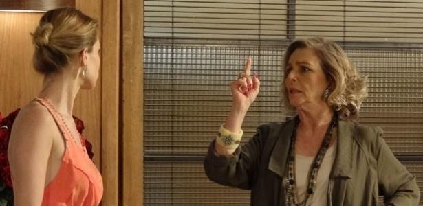 20.fev.2013 - Sabotagem na loja é confirmada e Charlô (Irene Ravache) acusa Otávio (Tony Ramos)