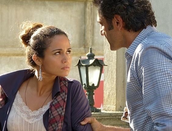21.fev.2013 - Após explosão, Zyah (Domingos Montagner) reconhece Morena (Nanda Costa) e ajuda a brasileira