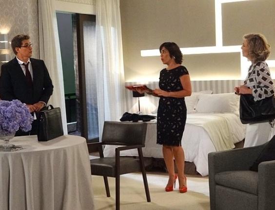 21.fev.2013 - Atrás da fortuna de Vitório (Carlos Riccelli), Veruska (Mayana Moura) e Nenê (Daniel Boaventura) quase são flagrados no quarto de Roberta (Glória Pires)