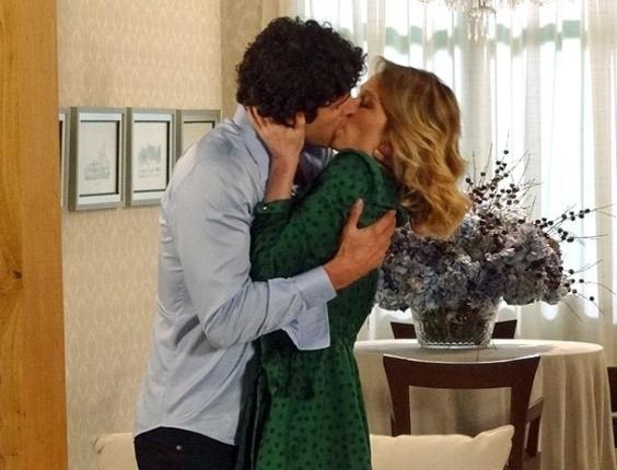 21.fev.2013 - Nando (Reynaldo Gianecchini) e Juliana (Mariana Ximenes) não resistem a encontro e se beijam