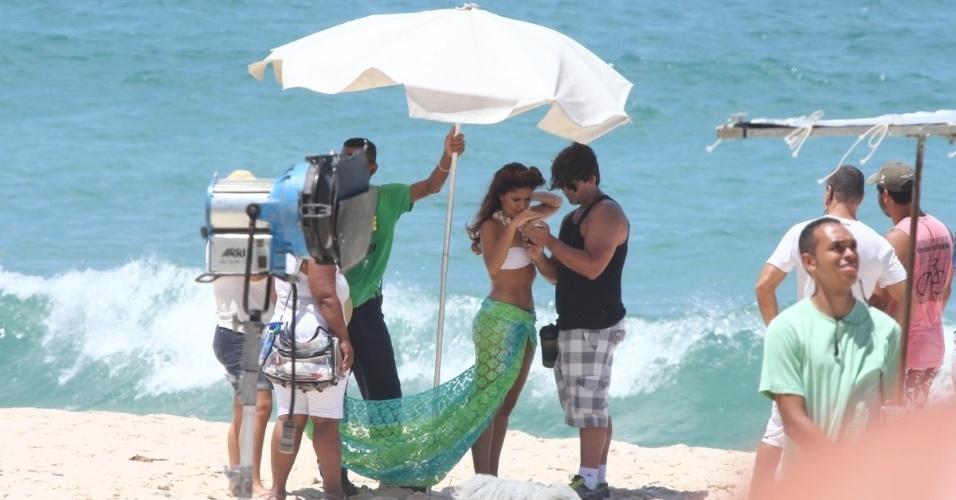 """22.fev.2013 - A atriz Paloma Bernardi confere gravação para a novela """"Salve Jorge"""" na praia da Macumba, no Rio"""