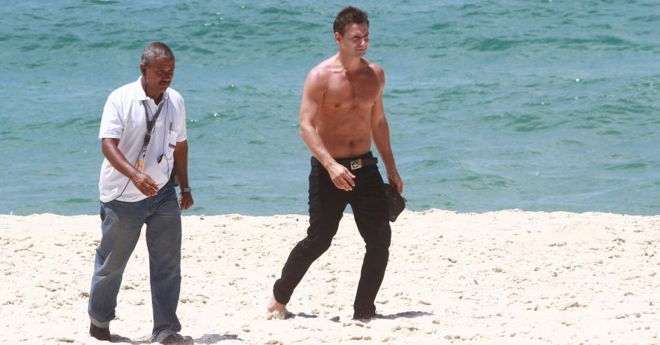 """22.fev.2013 - O ator Murilo Rosa participa da gravação de """"Salve Jorge"""" em praia no Recreio, Zona Oeste do Rio de Janeiro"""