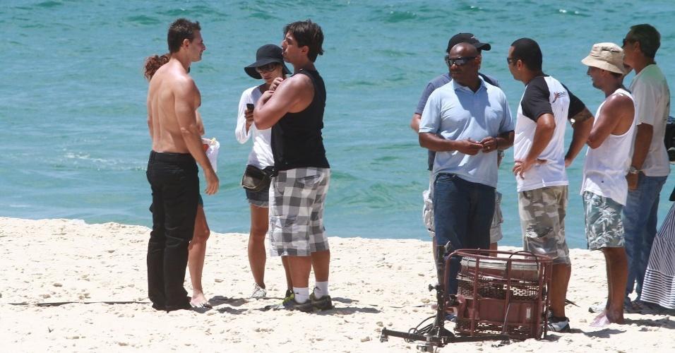"""22.fev.2013 - O ator Murilo Rosa, que interpreta Élcio em """"Salve Jorge"""", ouve as instruções para gravar uma cena, no Recreio, Rio de Janeiro"""