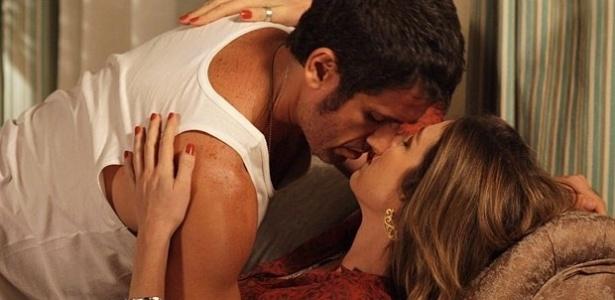 22.fev.2013 - Vânia (Luana Piovani) e Ulisses (Eriberto Leão) se beijam novamente e Nando (Reynaldo Gianecchini) vê tudo