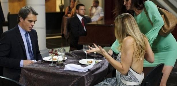 22.fev.2013 - Amanda (Lisandra Souto) faz escândalo em restaurante para acabar com encontro de Antonia (Letícia Spiller) e Carlos (Dalton Vigh)