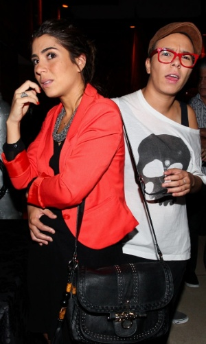 """23.fev.2013 - Maria Gadú não gostou de ser fotografada abraçada à namorada, a produtora Lua Leça, na festa de lançamento da novela """"Flor do Caribe"""""""