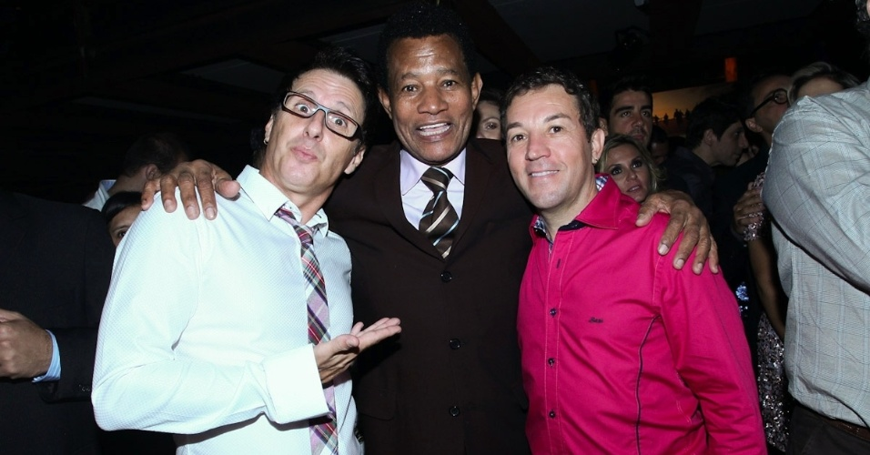 23.fev.2013 - Cantor Jair Rodrigues (centro) acompanhado pela dupla Rosa e Rosinha