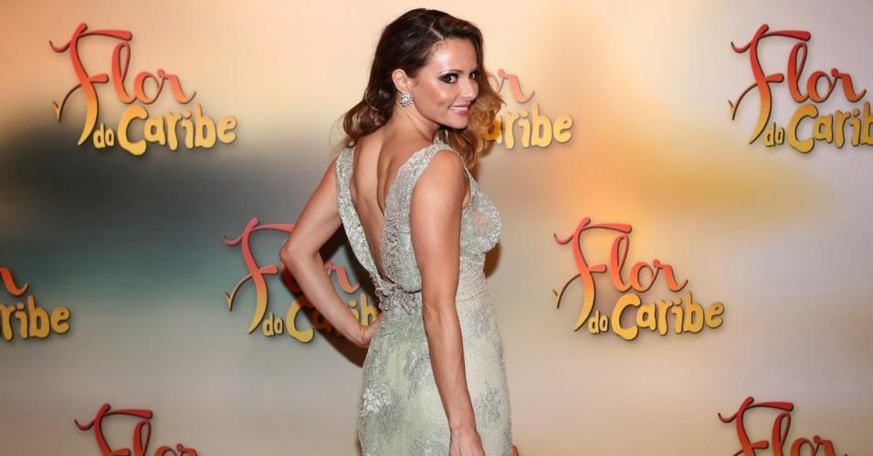 """23.fev.2013 - Atriz Rita Guedes mostra decote nas costas do vestido que escolheu para usa na festa de """"Flor do Caribe"""""""
