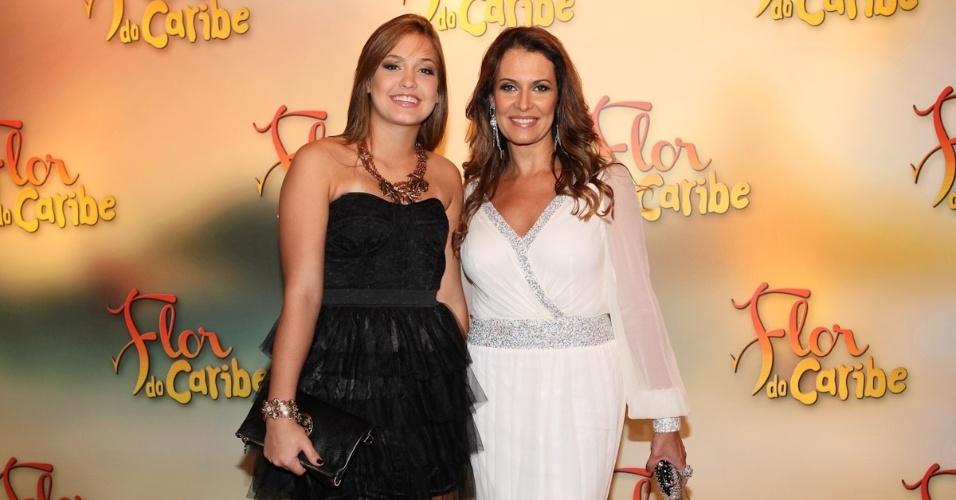 """23.fev.2013 - Patricia Naves foi acompanhada da filha na festa de lançamento de """"Flor do Caribe"""""""