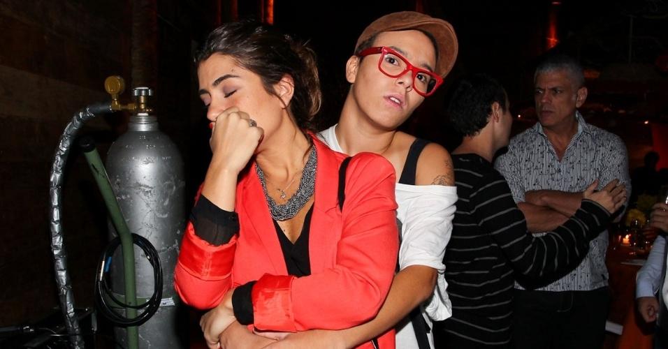 23.fev.2013 - Mari Gadú fica irritada ao ser fotografada com a namorada