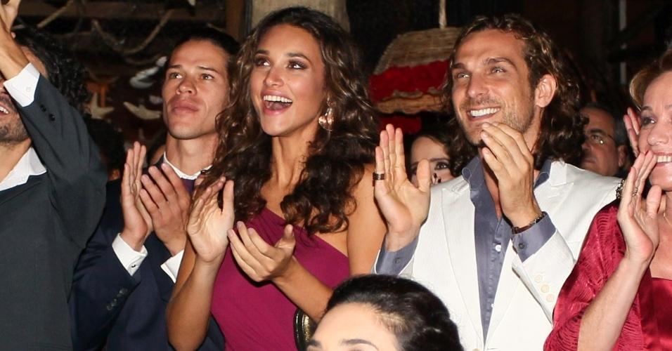 """23.fev.2013 - José Loreto e Débora Nascimento aplaudem a exibição do clipe da novela """"Flor do Caribe"""""""