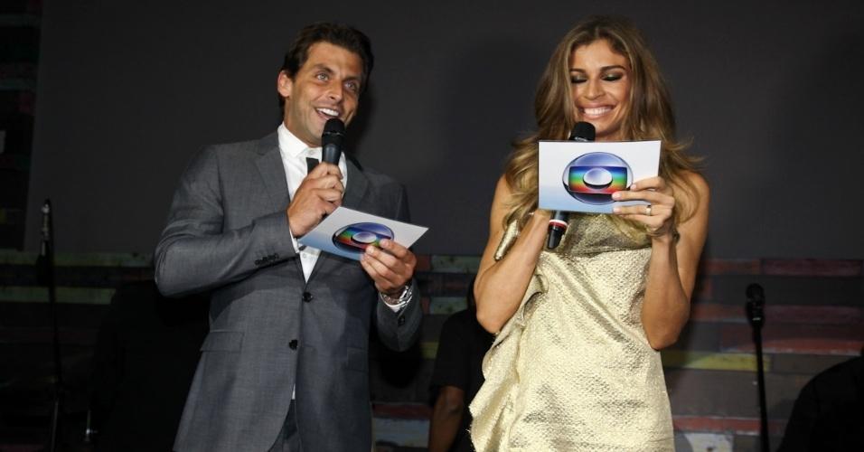 """23.fev.2013 - Grazi Massafera e Henri Castelli no palco da festa da novela """"Flor do Caribe""""; eles viverão o par romântico da trama"""