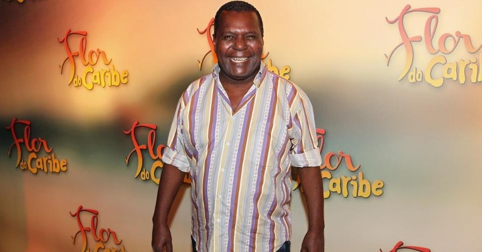 """23.fev.2013 - Ator Gésio Amadeu se junta aos colegas para participar da feste de """"Flor do Caribe"""", que aconteceu no sábado (22) em São Paulo"""