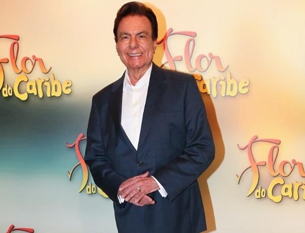 """23.fev.2013 - Cantor Agnaldo Rayol chega para a festa da novela """"Flor do Caribe"""", que aconteceu na noite de sábado (22) no Espaço Gardens, zona oeste de São Paulo"""