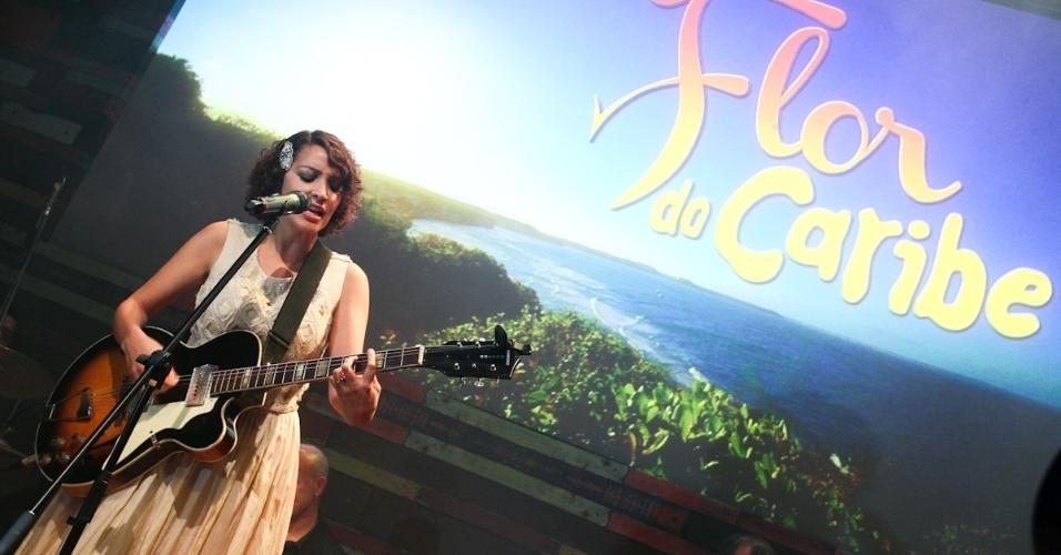 """23.fev.2013 - Cantora guatemalteca Gaby Moreno se apresenta durante a festa da novela """"Flor do Caribe"""", em São Paulo"""