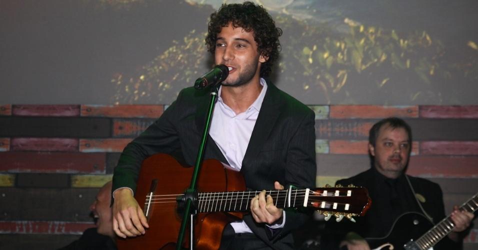 """23.fev.2013 - Rafael Almeida que está no elenco da novela faz show para os convidados; a música dele está na trilha da trama que substitui """"Lado a Lado"""" na Globo"""