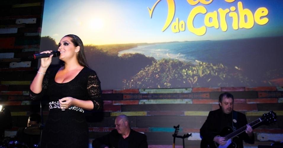 """23.fev.2013 - Tânia Mara, esposa do diretor Jayme Monjardim, canta na festa de lançamento de """"Flor do Caribe"""""""