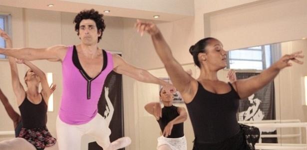 Completamente atrapalhado, Nando tenta dançar balé