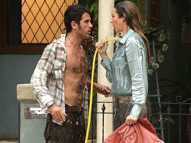 """Em """"Guerra dos Sexos"""", Ulisses e Vânia tomam banho de mangueira"""