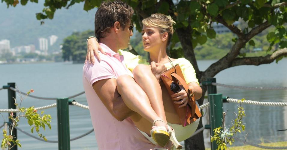 """27.fev.2013 - Em """"Balacobaco"""", Isabel decide dar uma chance a Eduardo e eles se beijam"""