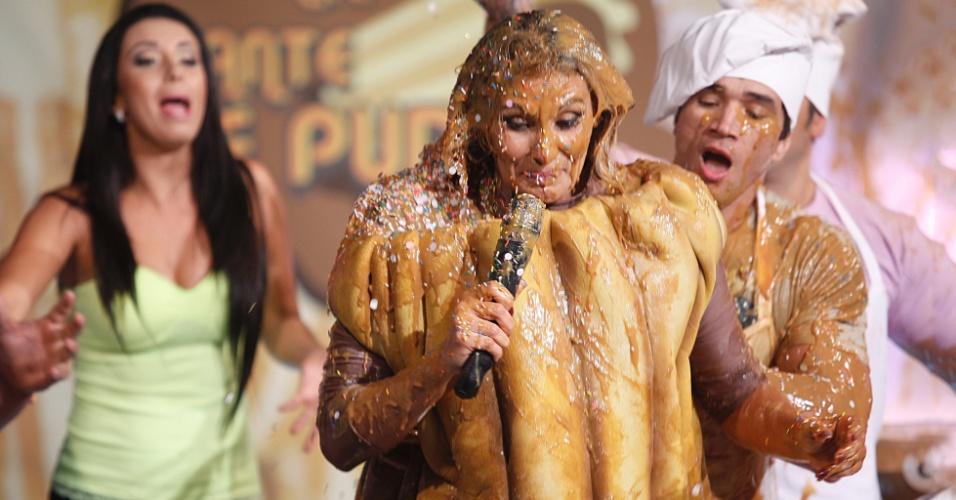 """27.fev.2013 - Fantasiada de churros, Ângela Bismarchi levou um banho de doce de leite e granulado durante gravação do programa """"Cante se puder"""" (SBT), que vai ao ar hoje às 22h45"""
