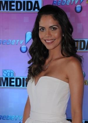 """Daniela Albuquerque posa para fotos no lançamento do reality show de moda """"Sob Medida"""", da Rede TV!"""