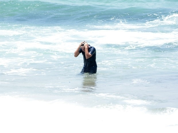 """28.fev.2013 - Em """"Salve Jorge"""", Théo fica transtornado ao saber da morte de Morena"""