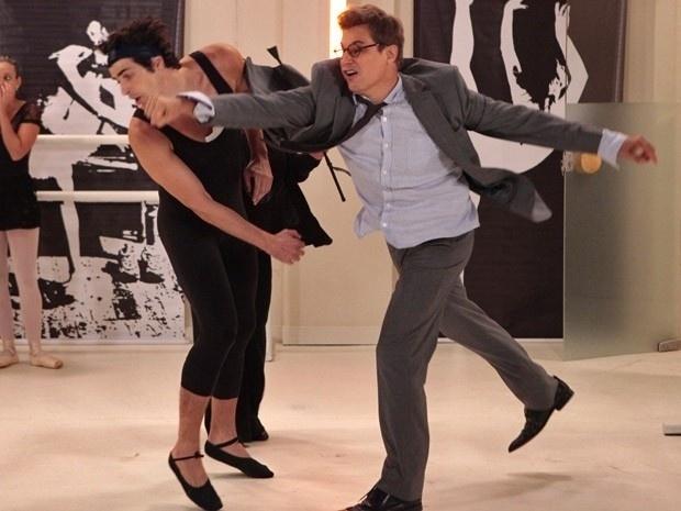 """28.fev.2013 - Em """"Guerra dos Sexos"""", Felipe invade aula de balé de Nando e bate no ex-motorista"""