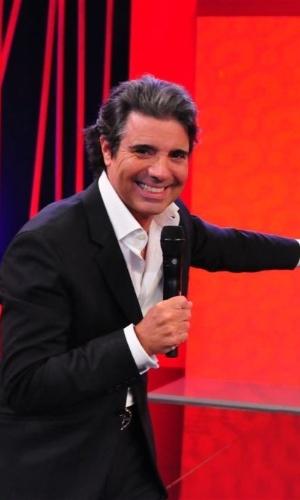"""1.mar.2013 - João Kléber posa no cenário do novo """"Teste de Fidelidade"""" da RedeTV!"""