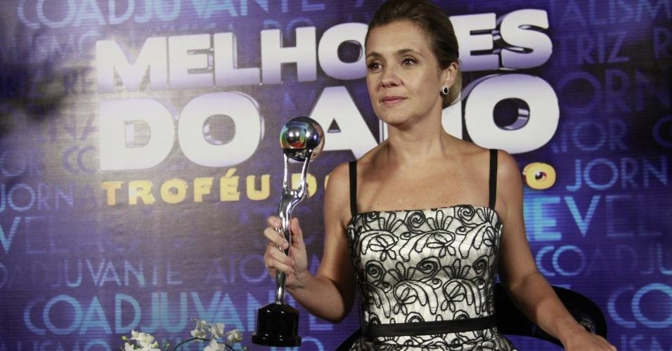 """3.mar.2013 - Adriana Esteves mostra o prêmio de Melhor Atriz no Melhores do Ano do """"Domingão do Faustão"""""""