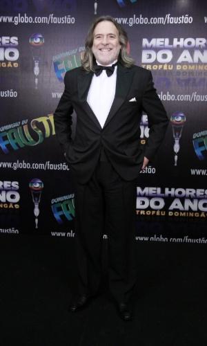 """3.mar.2013 - José de Abreu posa para fotos no prêmio Melhores do Ano no """"Domingão do Faustão"""""""