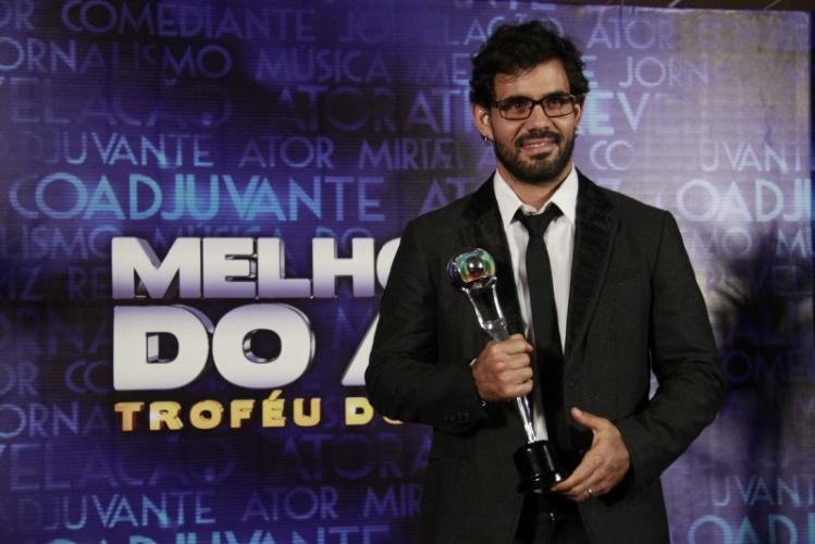 """3.mar.2013 - Juliano Cazarré mostra seu prêmio de Ator Coadjuvante no Melhores do Ano do """"Domingão do Faustão"""""""