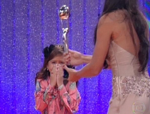 3.mar.2013 - Mel Maia chora ao receber o troféu de Melhor Atriz Mirim